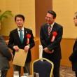 20160117つどいで歓談する(左2人目から)田村、真島両衆院議員、斉藤芳朗県弁護士会会長=17日、福岡市