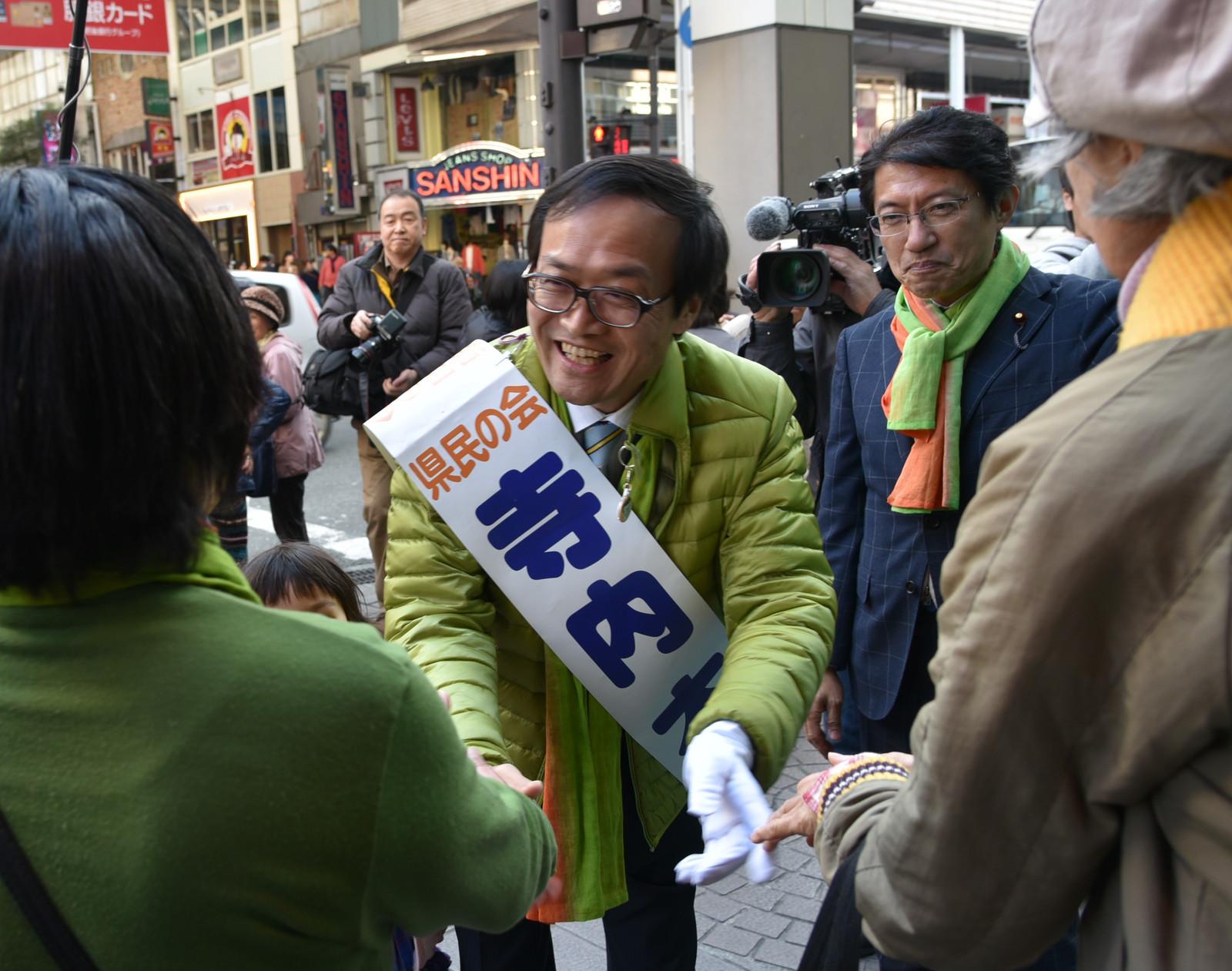 20160312演説を聞いた人たちにあいさつする(向かって左から)寺内候補と田村議員=12日、熊本市