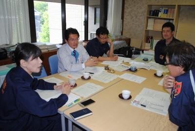市の担当者(右手前)に避難所の環境改善を要望する田村氏(左から2人目)と党市議団=5月2日、熊本市役所