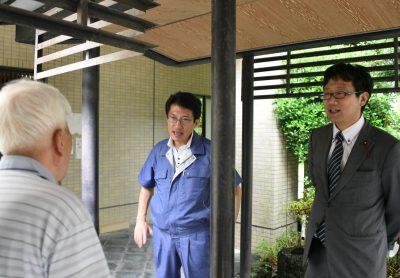 避難者から情報や要望を聞き取る田村(中央)、那須(右)の両氏=12日、熊本市東区