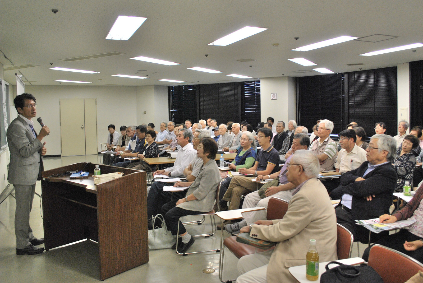 田村衆院議員(左)の講演に熱心に耳を傾ける参加者=22日、大分