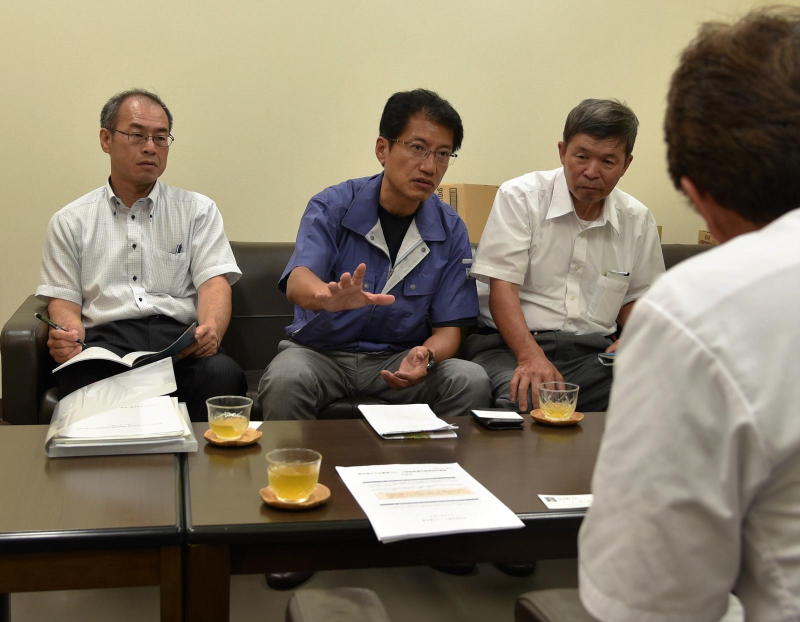 被災した地元業者と懇談する田村氏(正面中央)と山本(左)、田島の各氏=7日、熊本県西原村