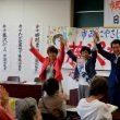 参加者の拍手に手を上げて応える(右から)田村、藤沢、高瀬の各氏=15日、北九州市