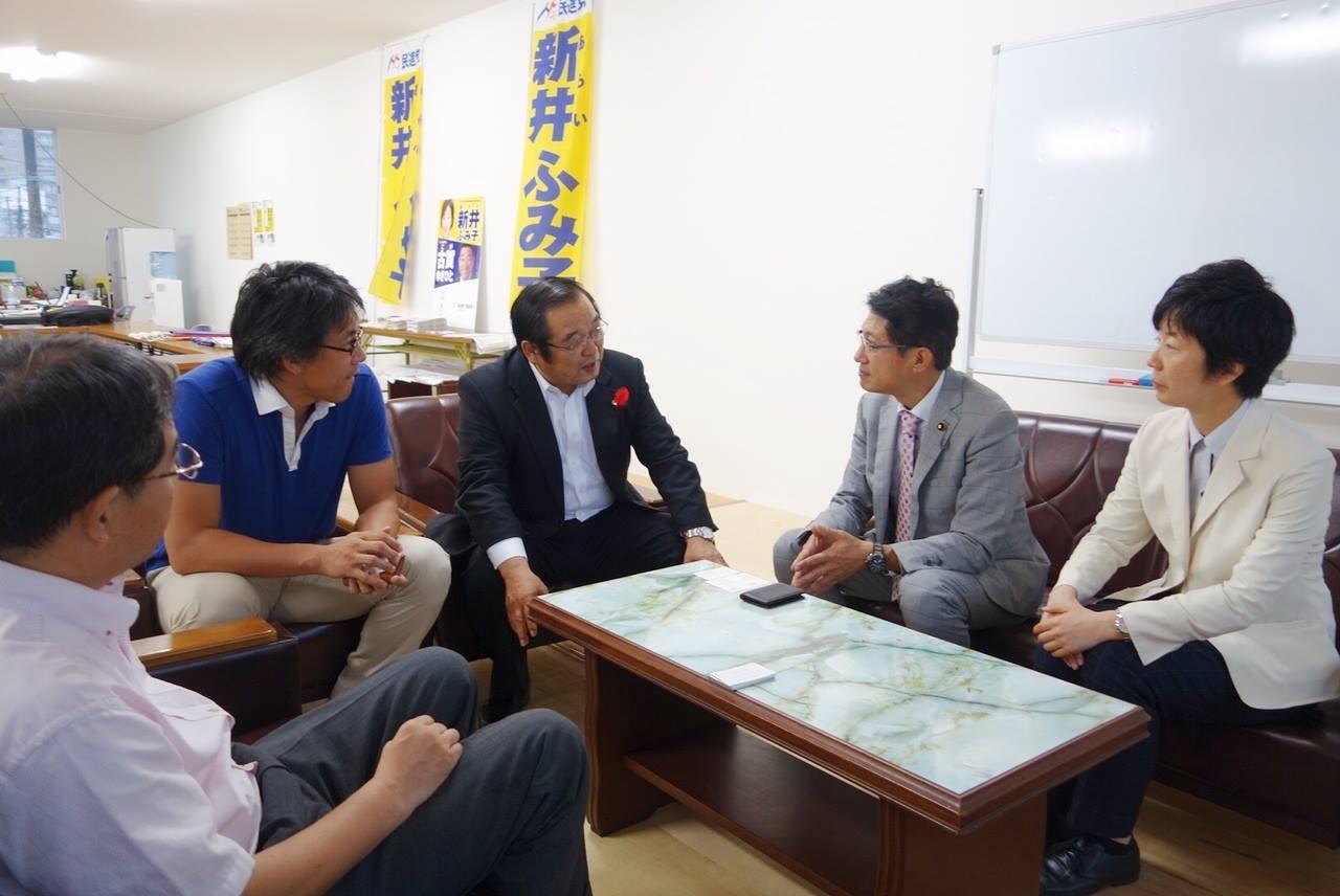福岡6区補選 新井候補の事務所を訪れ、懇談する田村衆院議員