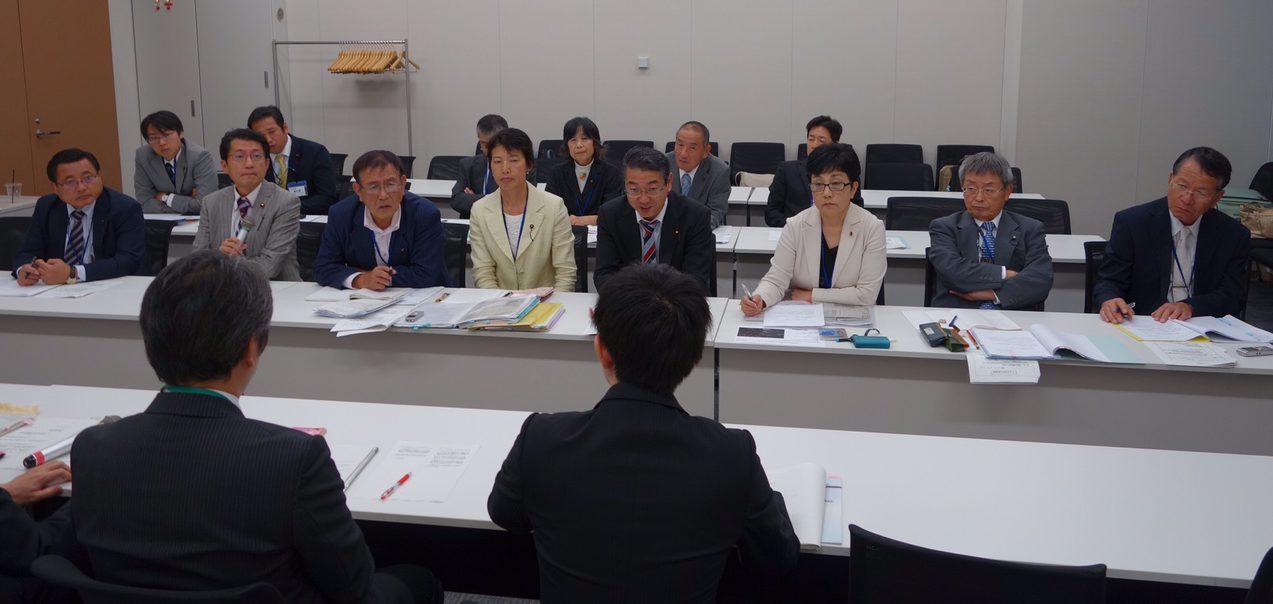 防衛省と交渉する田村、真島両衆院議員と長崎県党の地方議員=19日、国会内