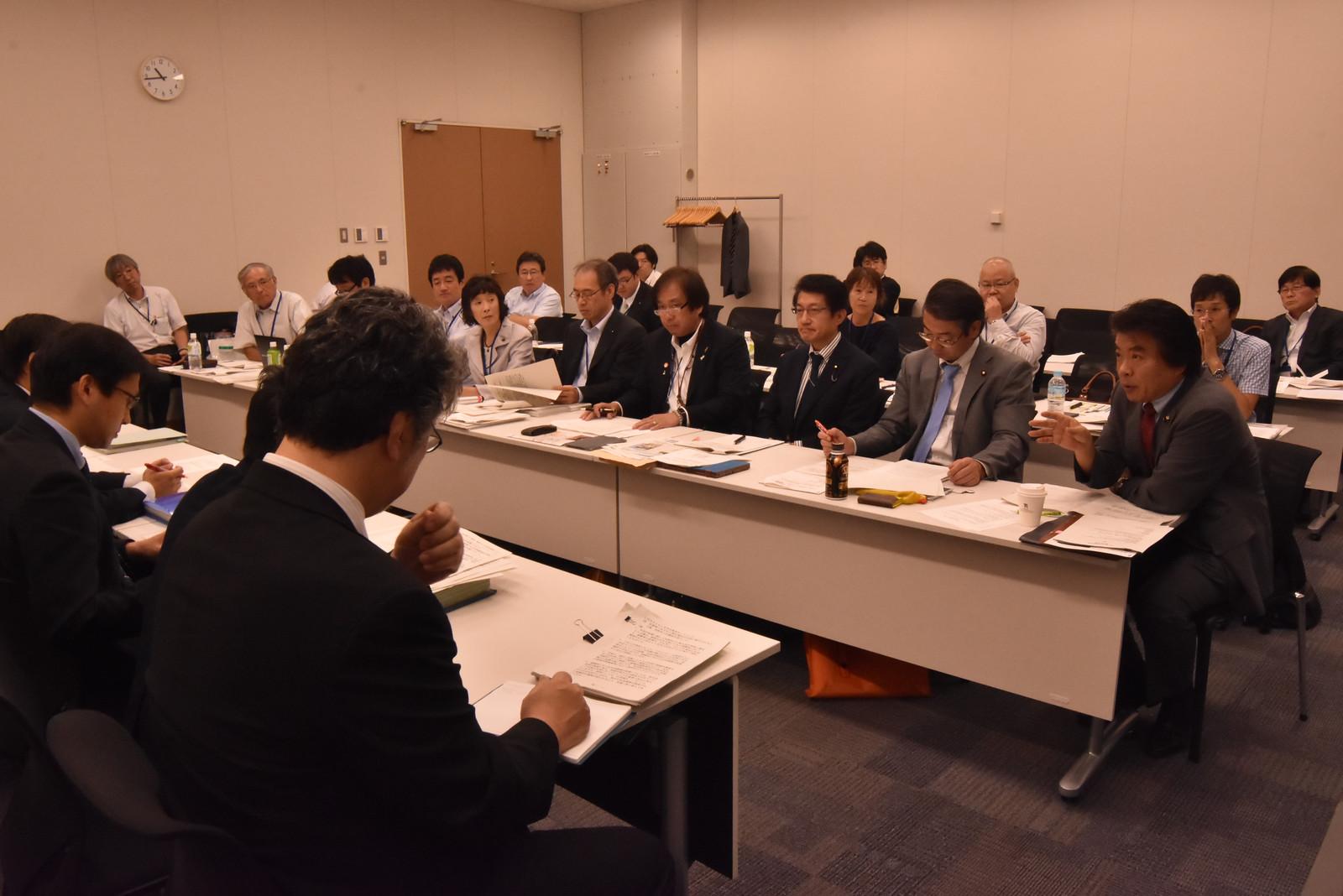 省庁の担当者(左)に要望する「命とくらしを守る熊本ネットワーク」のメンバーと国会議員=5日、国会内