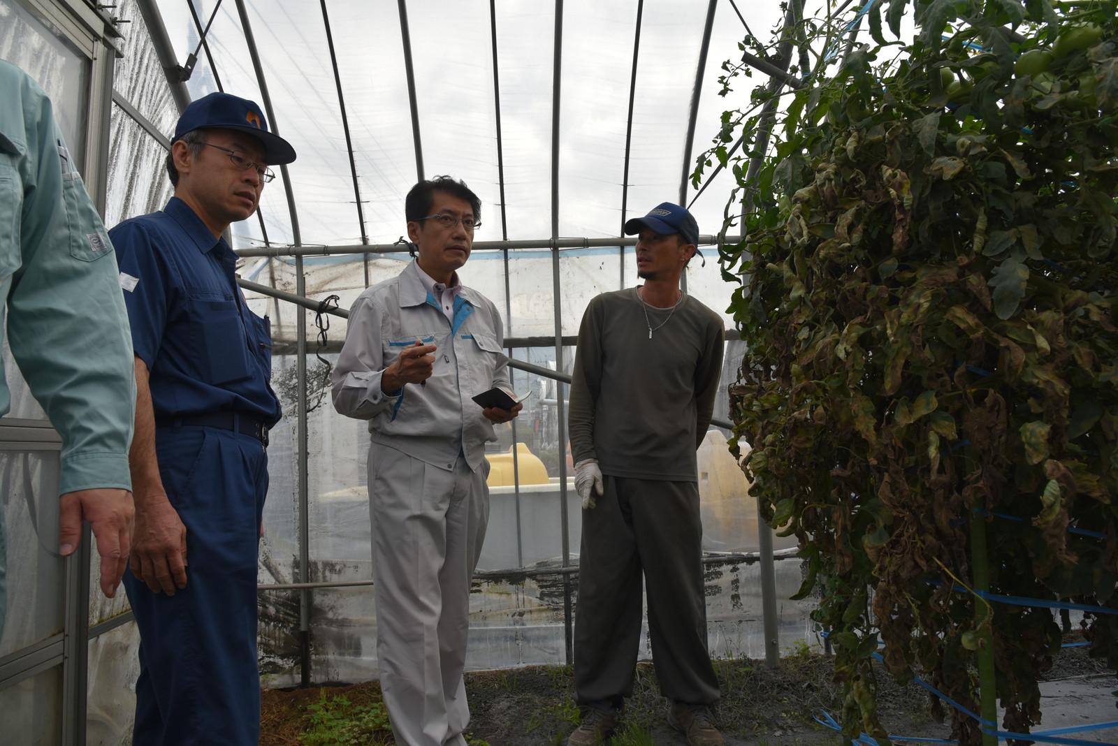 被害状況を聞く、田村(中央)、山本の各氏=10月9日、熊本県阿蘇市