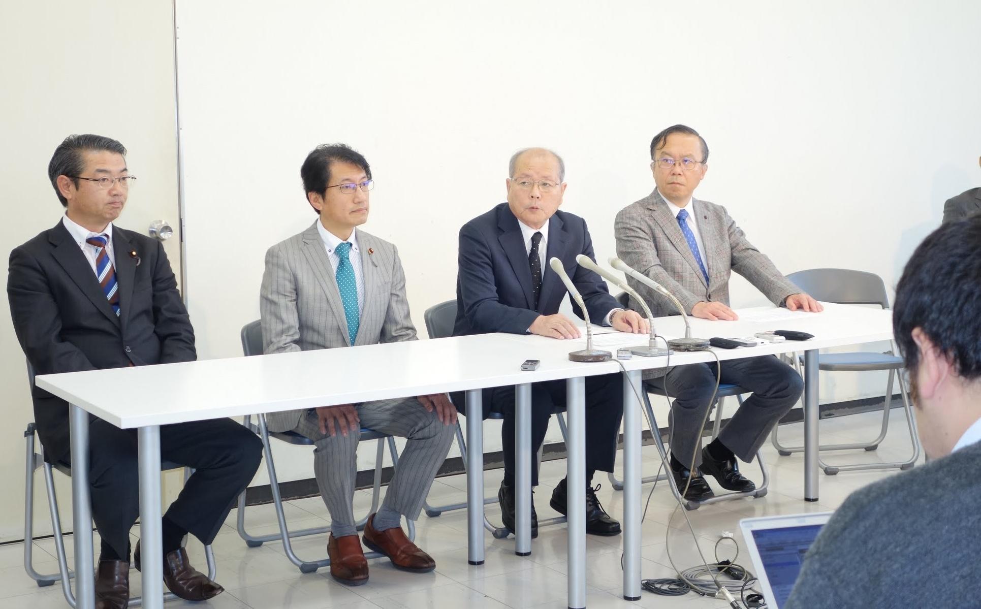 小選挙区候補者発表で決意を述べる(左から)田村、真島両衆院議員=11日、福岡市