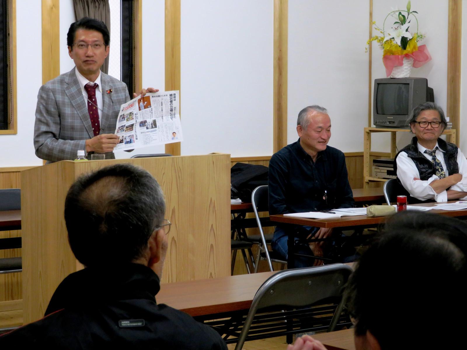 決起集会で国政問題について報告する田村貴昭衆院議員=23日、北九州市