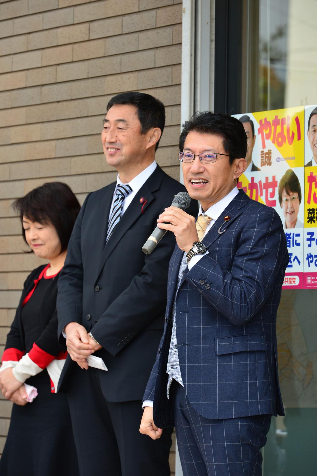 事務所開きであいさつする(右から)田村衆院議員とやない候補=12月11日、北九州市