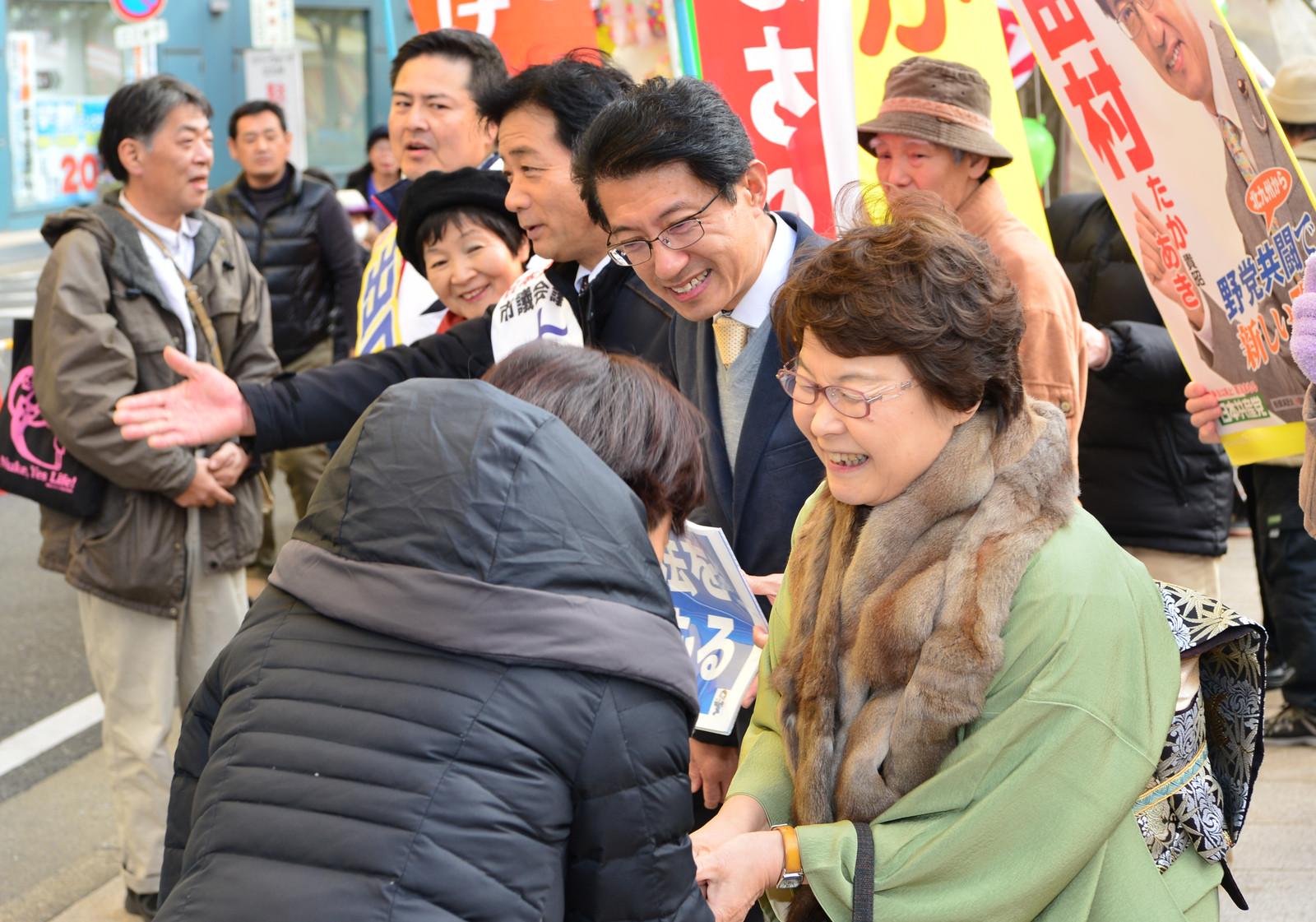 元旦宣伝で参拝客と握手する(手前から)高瀬、田村、大石、藤沢、出口各氏=1日、北九州市