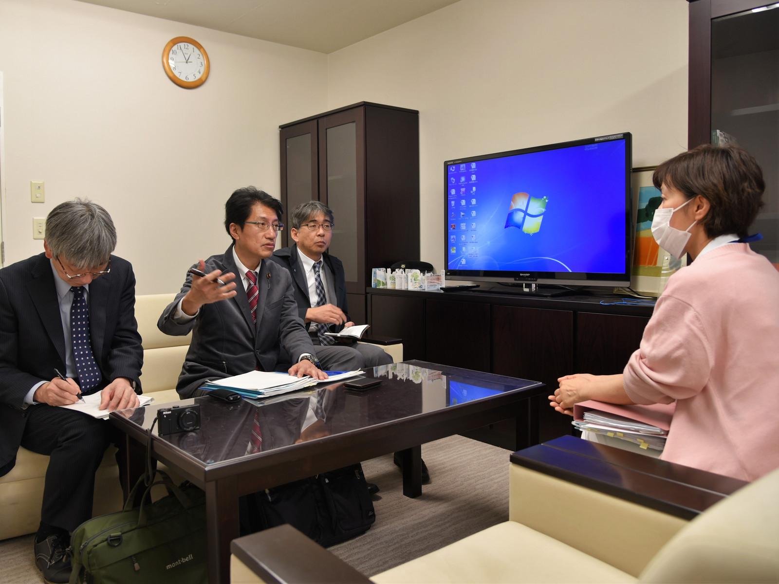 医療関係者から現場の状況などを聞き取る(左2人目から右に)田村、松岡の両氏=1月30日、熊本市