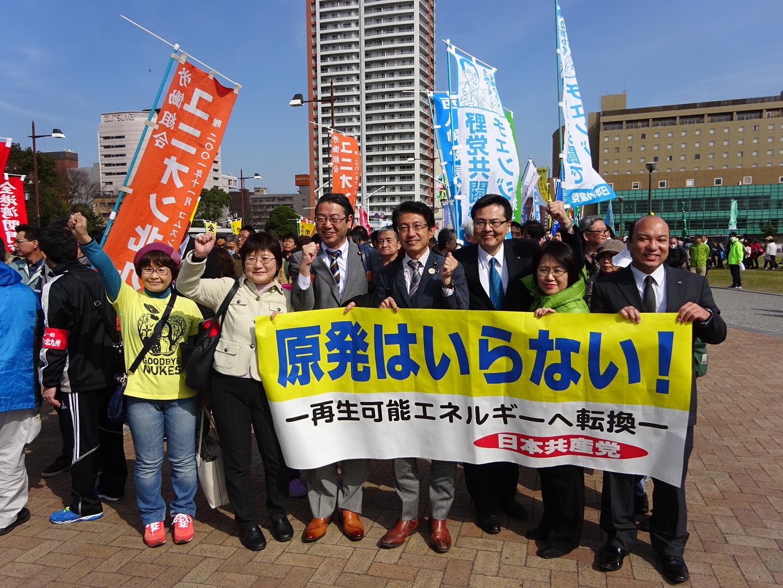 パレードに出発する日本共産の田村貴昭(手前右から3人)、真島省三議員(その左)ら=11日、北九州市