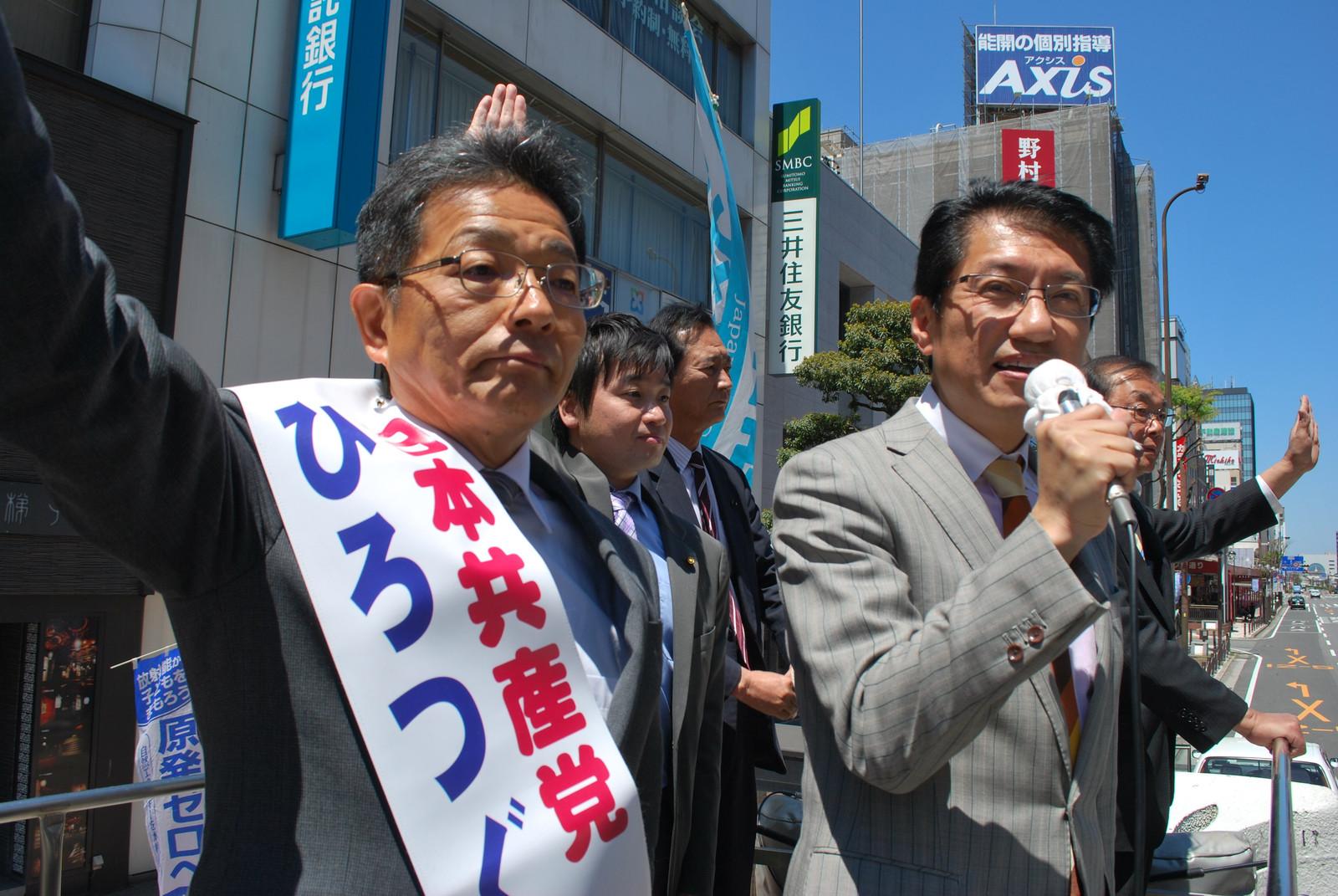 街頭から訴える田村貴昭衆院議員と、ひろつぐ大分1区予定候補=23日、大分市