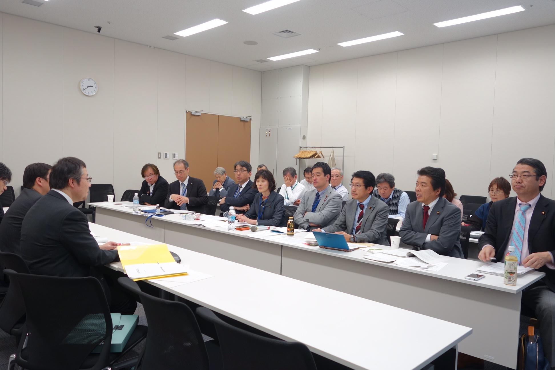 政府交渉する「いのちネット」の人たち。(右から)真島、仁比、田村の各議員=4月13日、国会内