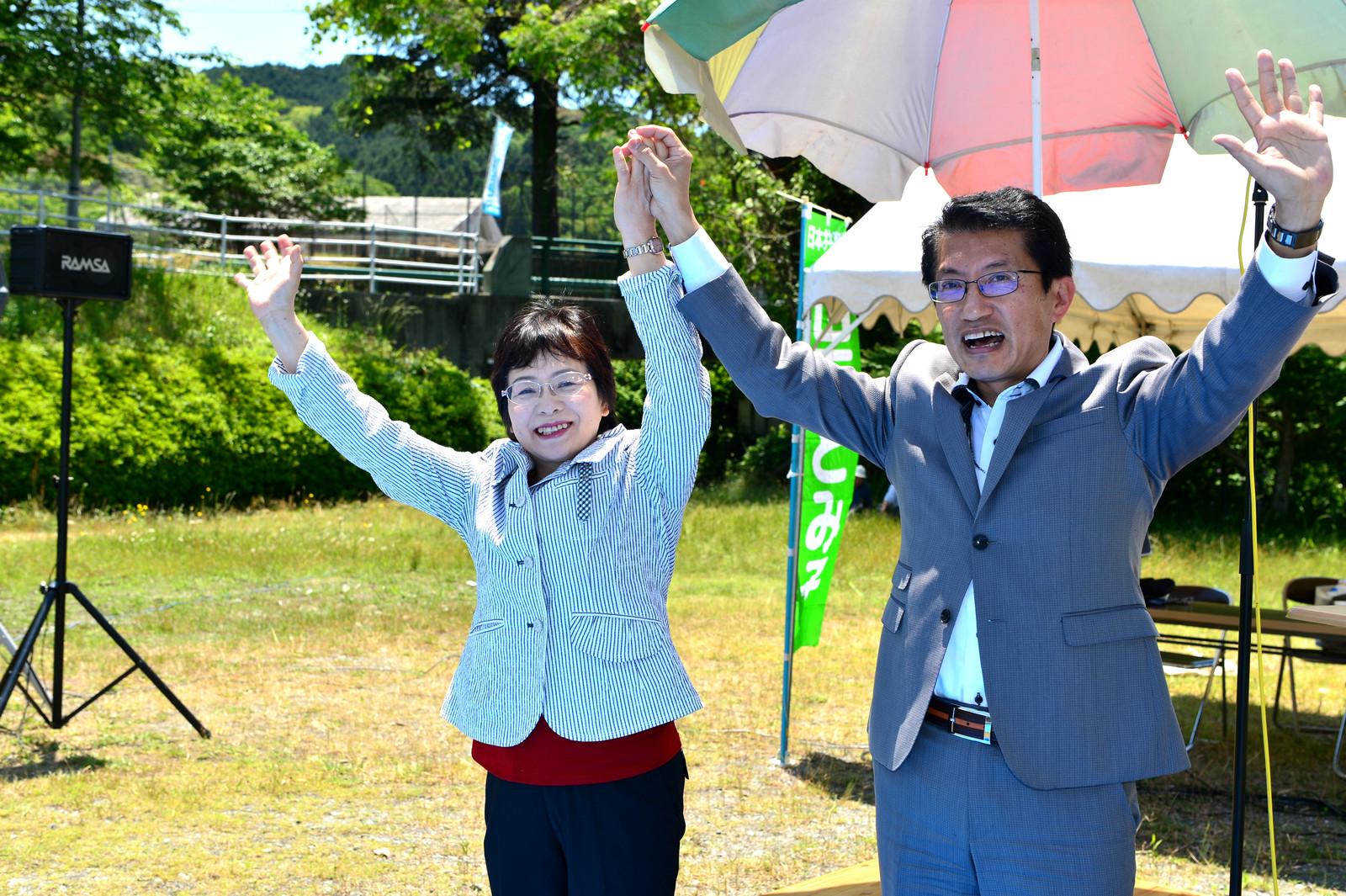 拍手に応える(右から)田村氏と山下候補=28日、福岡県添田町