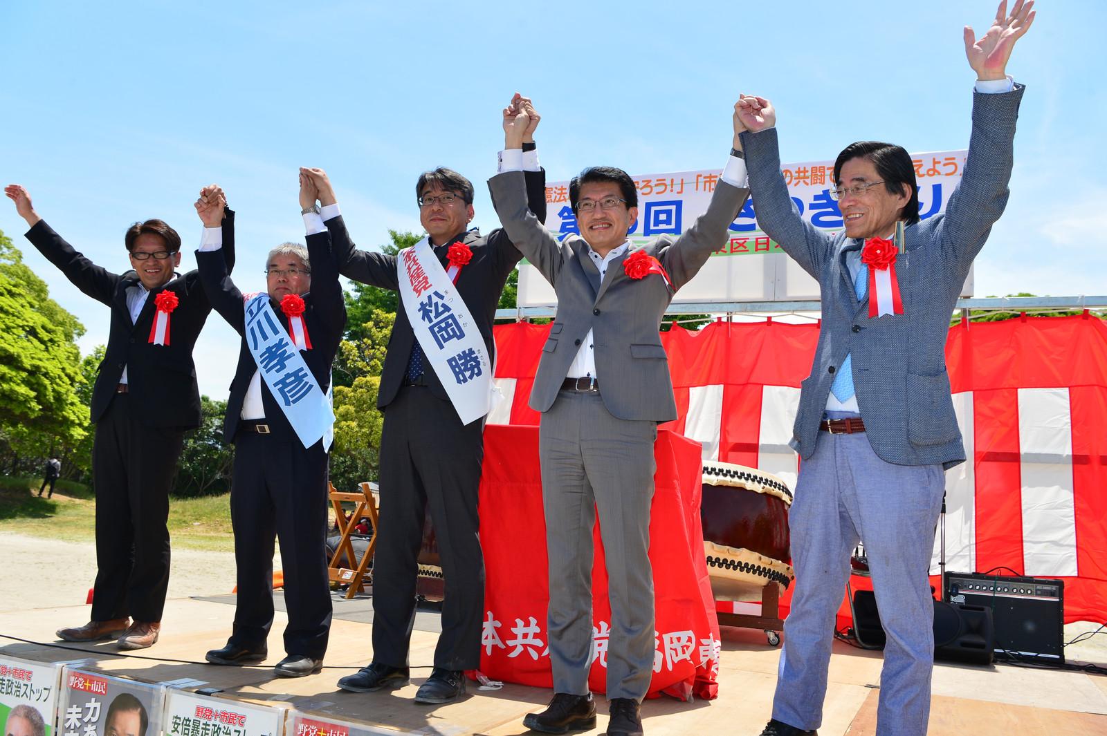 拍手に応える(右から)比江嶋俊和市議、田村、松岡、立川の各氏と綿貫英彦市議=21日、福岡市