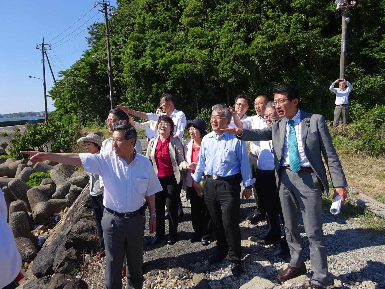 本州側から第三関門道の想定ルートを確認する議員ら=27日、山口県下関市