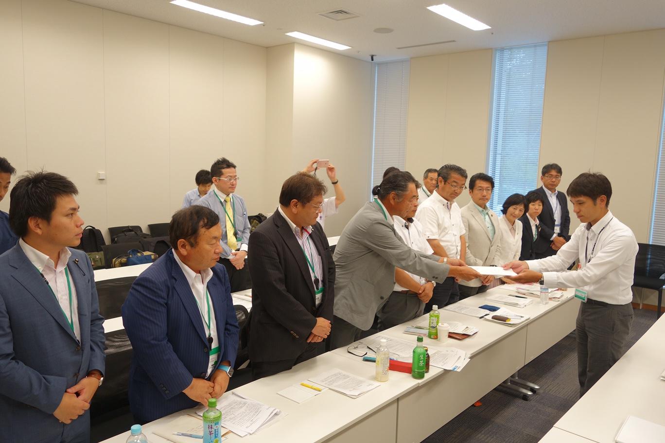 経産省、原子力規制庁に要請する佐賀県の要請団=26日、国会内