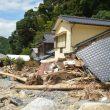 道目木集落の被害を調査する(左から)松岡、田村両氏=4日、福岡県朝倉市