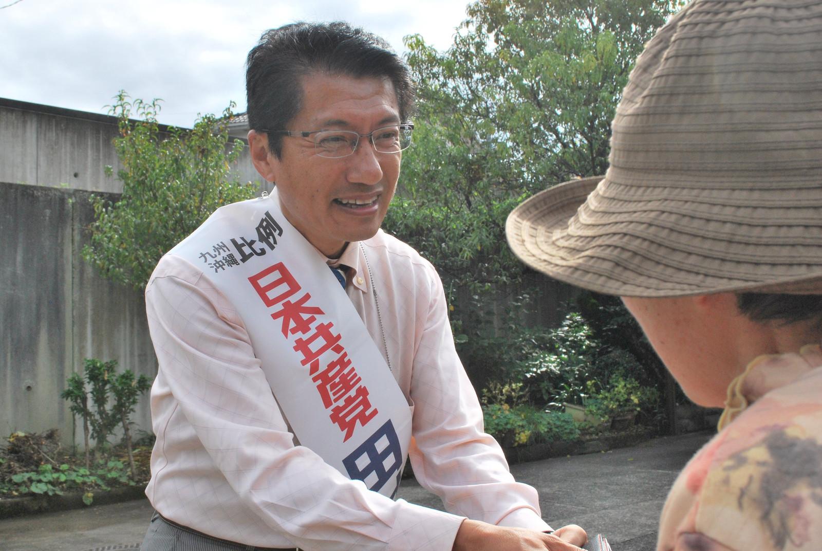 街角で市民の声援に応える田村候補=13日、大分県日田市