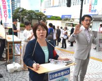 署名を呼び掛ける田村貴昭衆院議員(右)ら=14日、新宿駅前