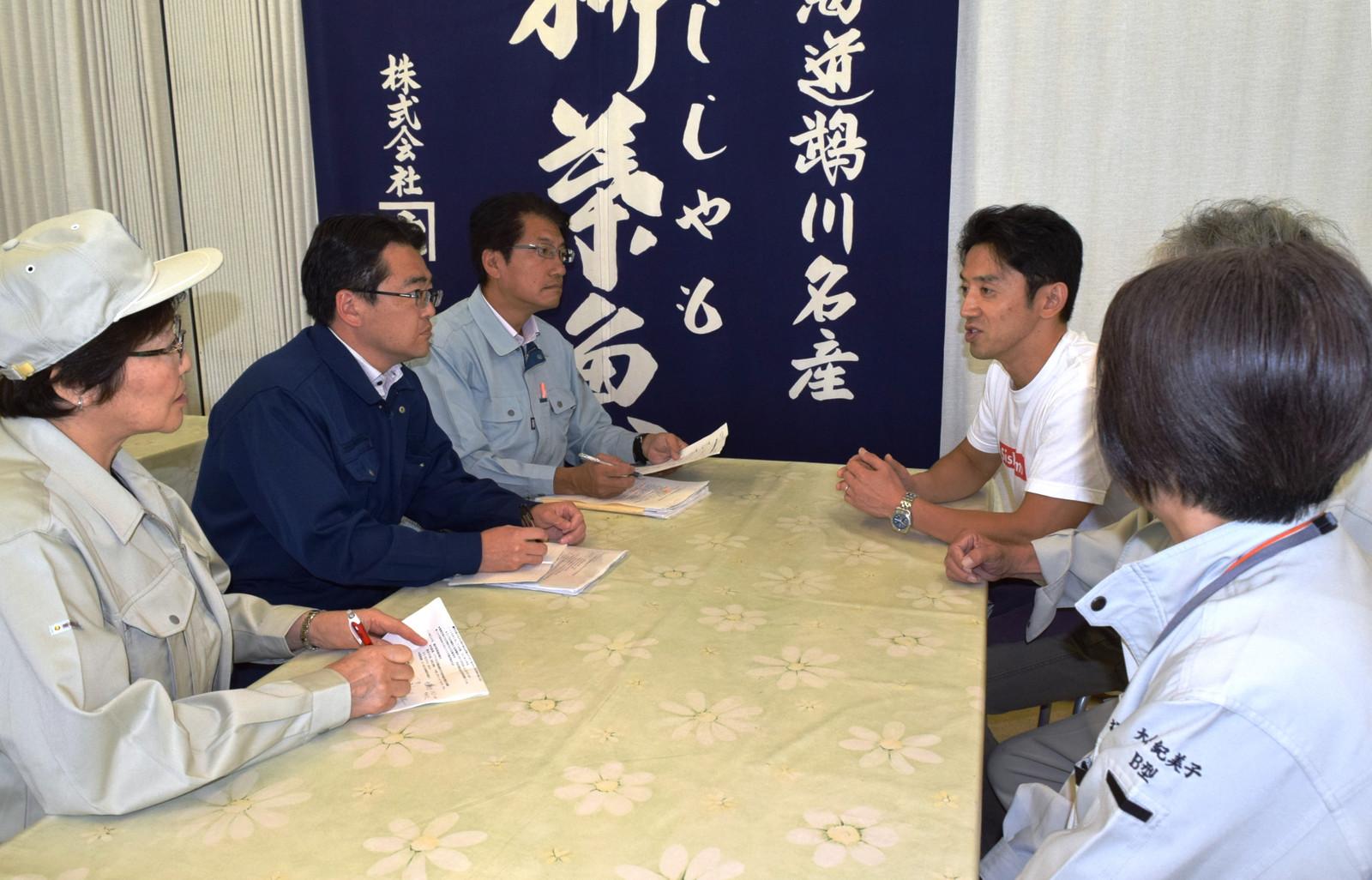 話を聞く(左から)真下、畠山、田村の各氏ら=13日、北海道むかわ町