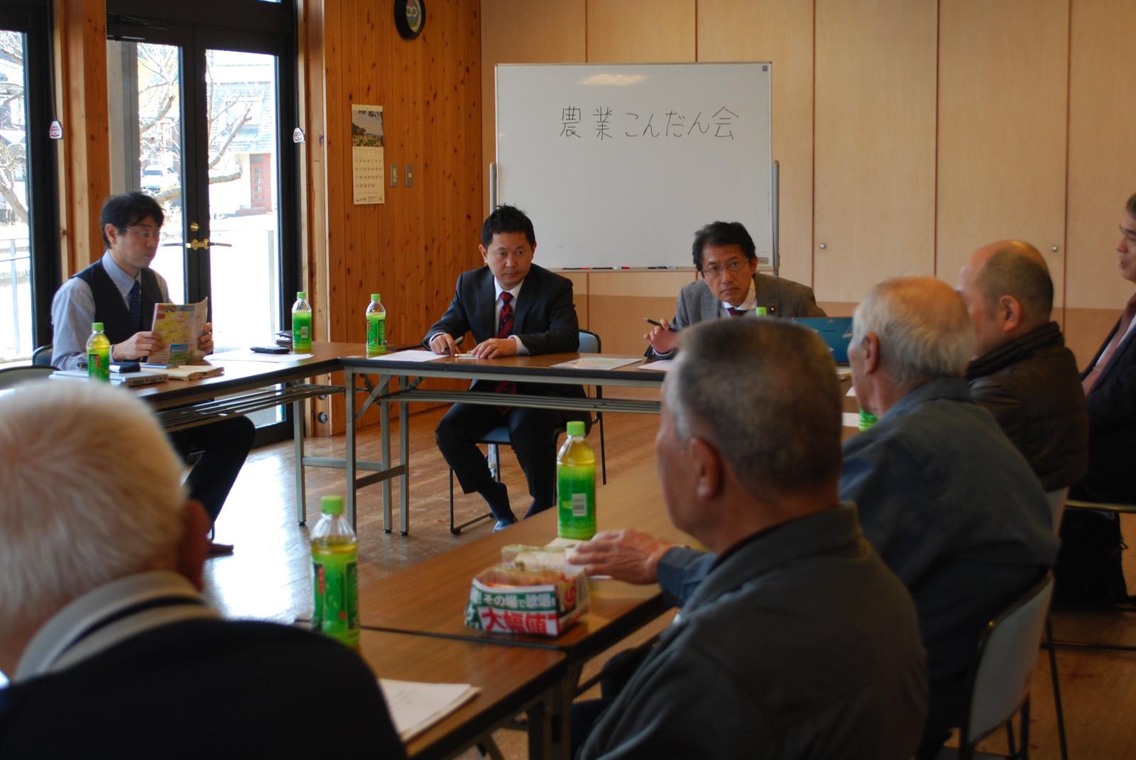参加者の話に耳を傾ける(正面左から)大平、田村の両氏=21日、山口県下関市