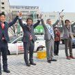 演説後、拍手にこたえる(右から)田村氏、しのだ候補、仁比氏、大石候補=22日、北九州市小倉北区