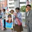 朝宣伝をする(右から)田村氏、かわの候補=10日、北九州市