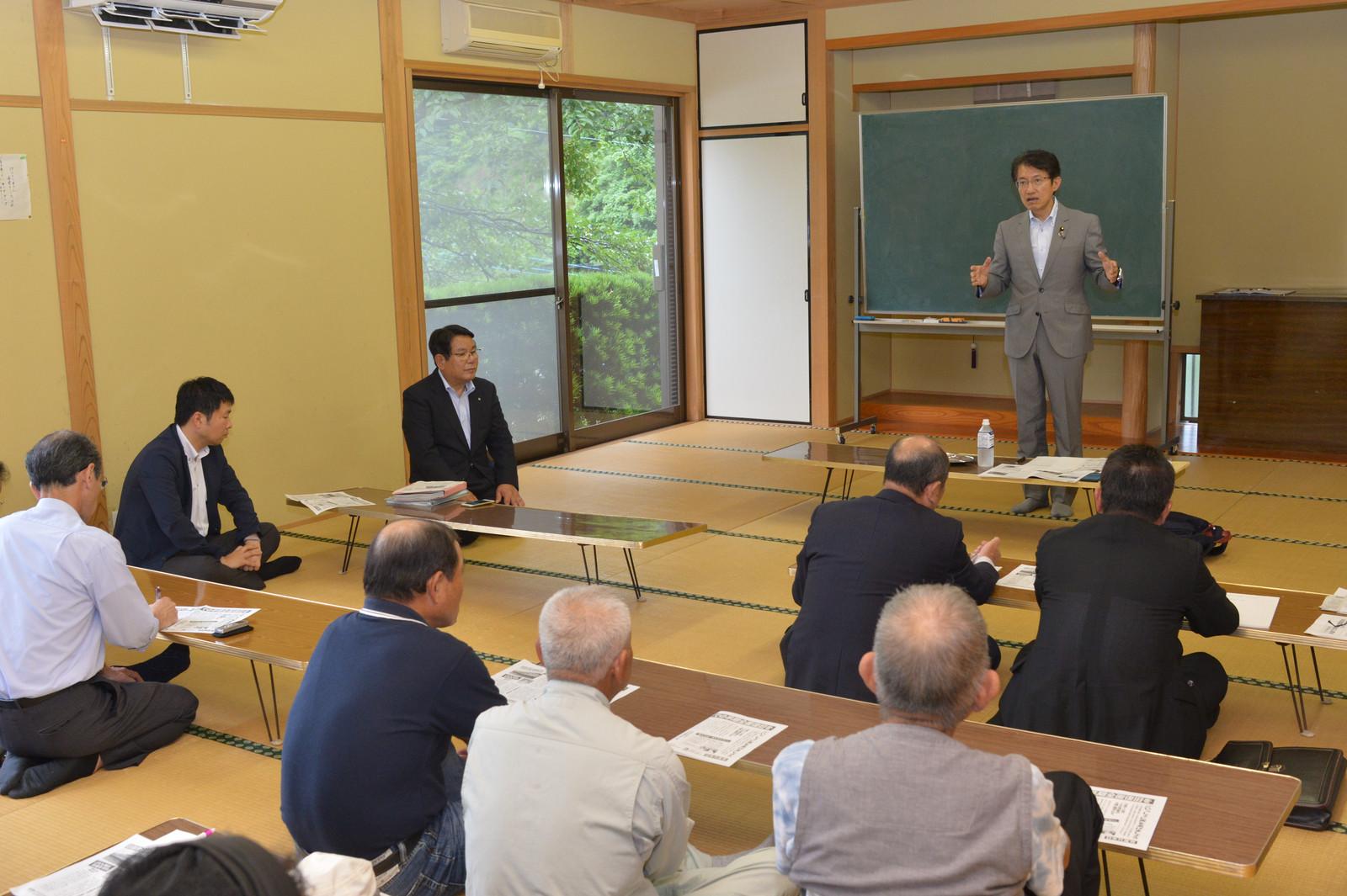 日田彦山線復旧を訴える田村議員(右)と渋谷村長(向かってその左)=27日、福岡県東峰村