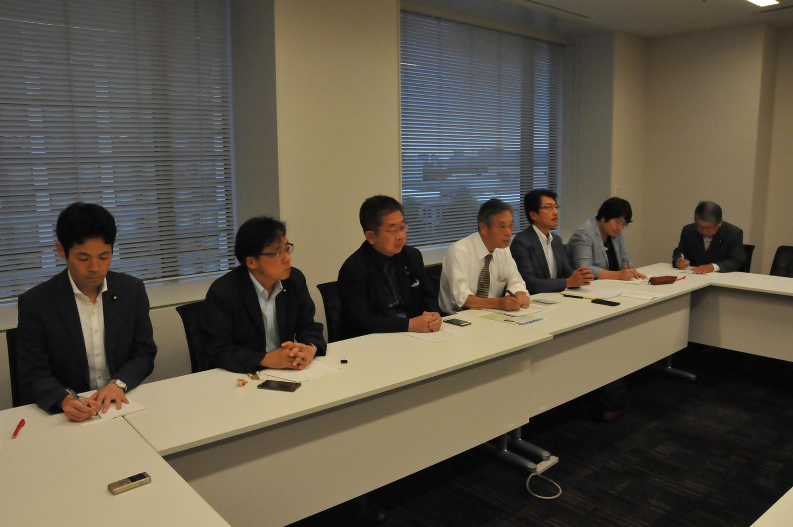 九州北部の大雨災害への対応などについて議論する災害対策本部のメンバー=3日、国会内