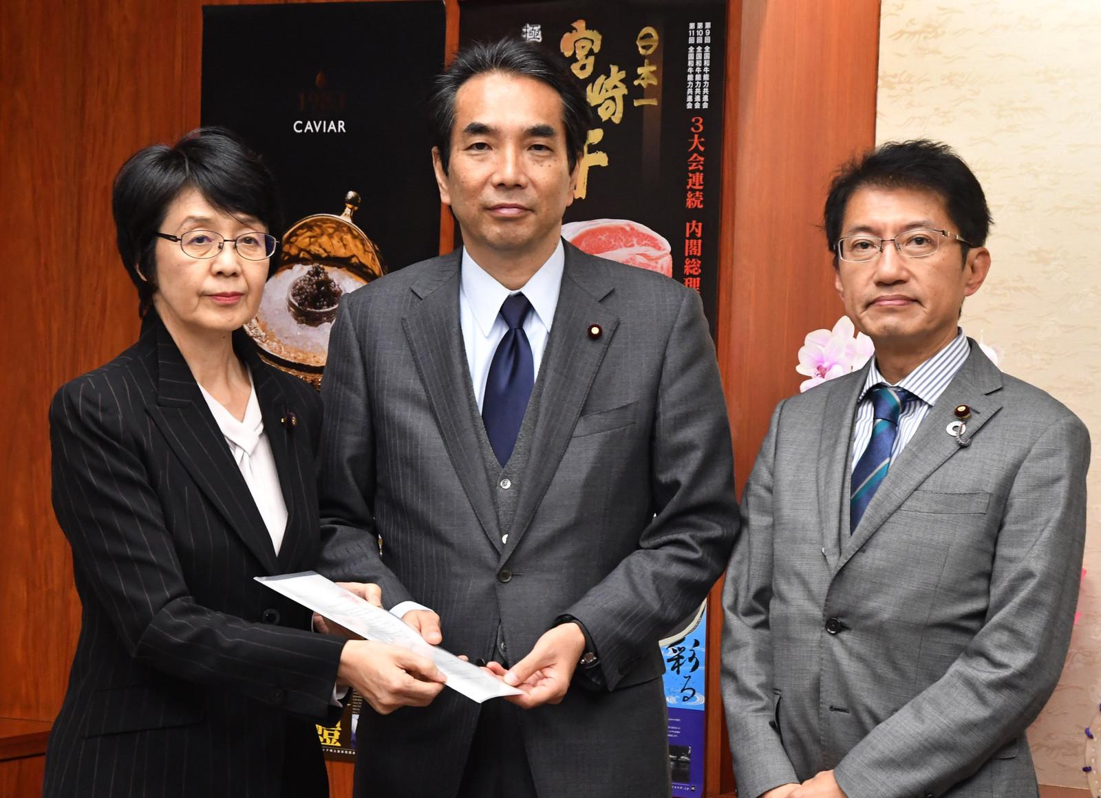 江藤拓農水相(中央)に要請する紙智子(左)、田村貴昭の両議員=6日、農林水産省