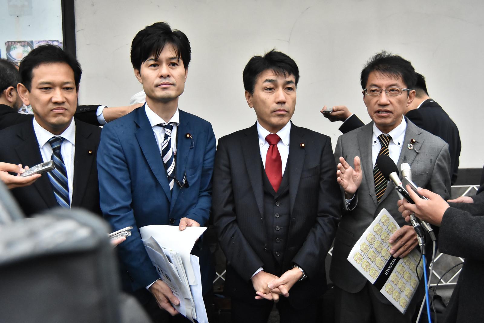 メディアの質問に答える「総理主催『桜を見る会』追及本部」の野党国会議員ら=2日、山口県下関市