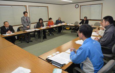 懇談する(左から)山内、田村、高橋各氏と法本議長(右端)=27日、北九州市門司区