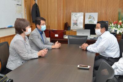 渋谷村長(右)と懇談する(左から)高瀬、田村両氏=25日、福岡県東峰村