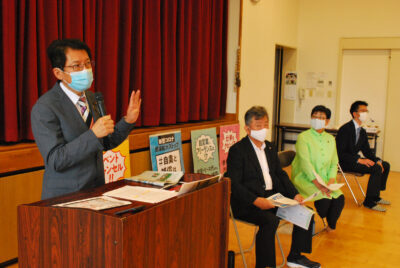 (左から)激励する田村氏と末吉、新留、川内の3候補=21日、福岡県宗像市