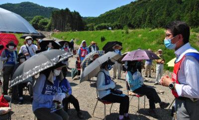 座り込みをする住民らにあいさつする田村議員(右)=23日、長崎県川棚町