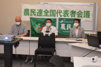 あいさつする笹渡会長(中央)。右は田村議員=4日
