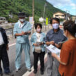 旅館の女将(手前)から復旧への要望などを聞き取る田村氏(左から4人目)ら=27日、大分県日田市