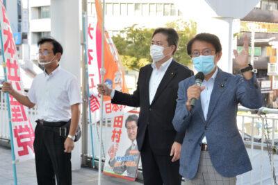 朝宣伝をする(右から)田村、出口、大石の各氏=28日、北九州市
