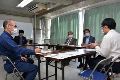 高田氏(右端)から事業者の状況を聞<(左へ)田村、本村、(1人おいて)山本の各氏=人吉市