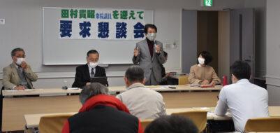 参加者と懇談する(右から)まつざき、田村、たいらの各氏=18日、鹿児島市
