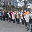 新春宣伝に集まった田村(右から2人目)、まじま(その左)両氏や市議選をたたかう10候補ら=4日、北九州市