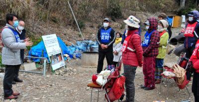座り込み参加者らを激励する田村氏(左端)=5日、長崎県川棚町