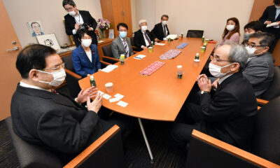 農民連の新役員と日本共産党の懇談。右は長谷川敏郎会長、左は志位和夫委員長=24日、衆院第1議員会館