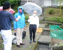 養魚業者(左端)から話を聞<(右へ)田村衆院議員、松本候補=12日、都城市