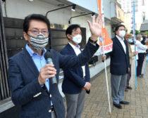 朝宣伝をする(左から)田村氏、大石、出口両市議と地域の党員ら=7日、北九州市小倉北区