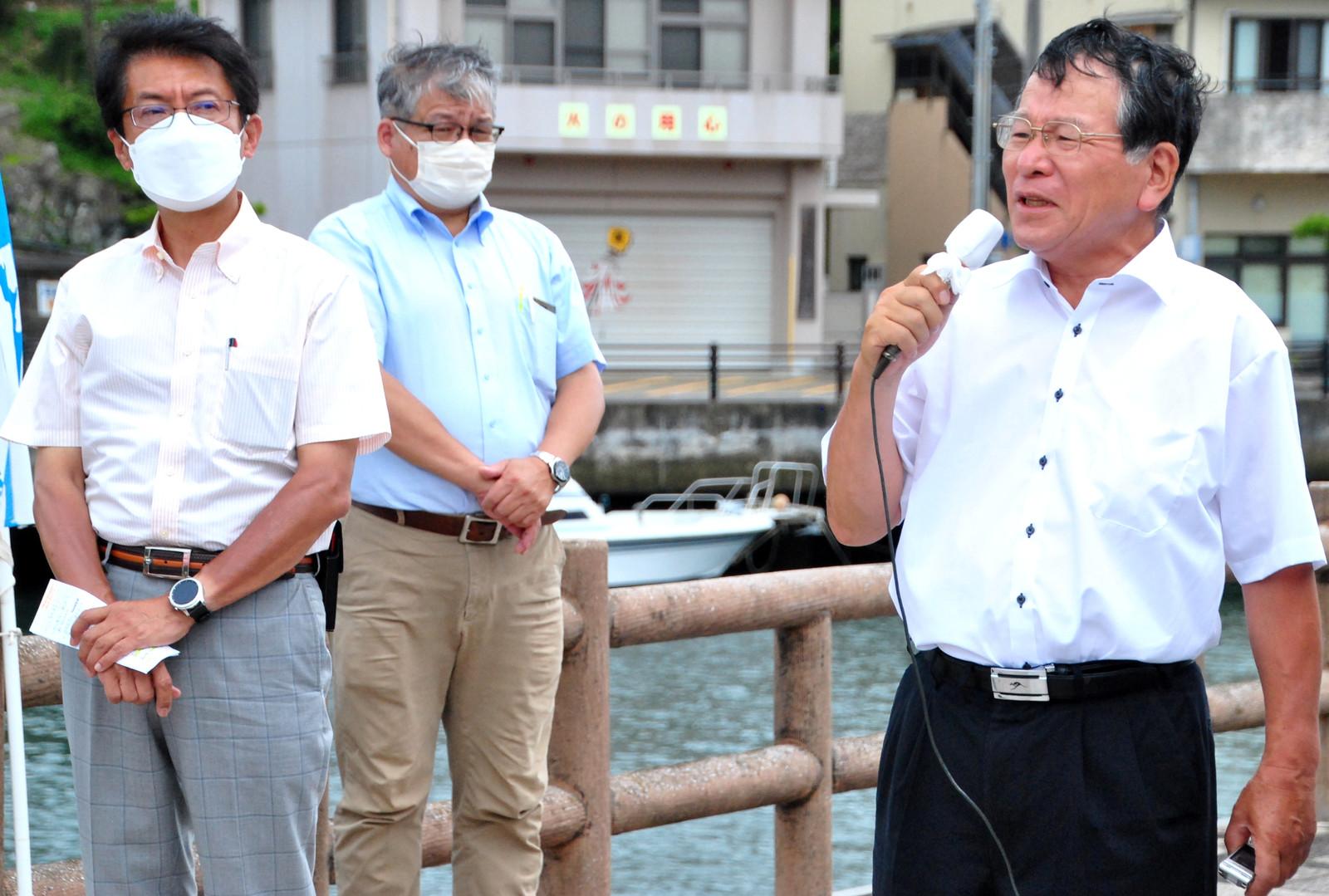 田村氏(左)の応援を受け、決意を語る山口候補(右)=11日、長崎県壱岐市