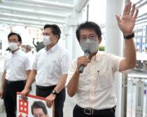 朝宣伝をする(右から)田村氏、出口、大石両市議=12日、北九州市小倉北区